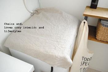 洗濯機のフタの部分も溝などにほこりや汚れが溜まりやすいですよね。お掃除が面倒に感じたら、洗濯機そのものにカバーをかけてしまう方法も。切りっぱなしの布などでOKです。インテリアに合う柄を選べばおしゃれに汚れを予防できますよ。