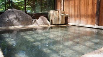 その昔ばなしの里に隣接しているのが、福地温泉唯一の共同浴場「石動の湯」。  この「昔ばなしの里」がとてもレトロな雰囲気という事もあって、穴場的雰囲気満点のお風呂です。男女それぞれ「内湯」「露天風呂」が用意されています。