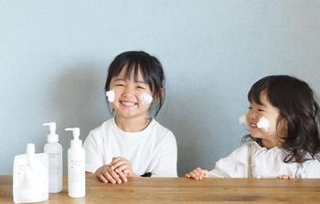 6歳と2歳の姉妹のママさんは、子どもと一緒にスキンケアを楽しんでいる様子。ふわふわしている洗顔の泡に、子どもたちも大喜びのようです。泡立てネットなどがあれば、ふわふわの泡にするのも簡単。遊びながらスキンケアができれば一石二鳥です。