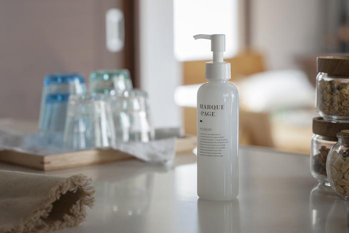 入浴後や朝の洗顔後には、数種類のケアをしている人も多いのではないでしょうか。『オールインワンゲル』なら、化粧水・乳液・美容液・マッサージクリーム・保湿クリームの1本5役。時間のないときの強い味方になりそうです。べたつかずによくのび、ネックケアやデコルテケアも十分にできるところが嬉しいポイント。しかもポンプタイプだから、使うときは片手でプッシュするだけ。ママさんからは、「赤ちゃんを抱っこしながら使える」という声も聞かれます。