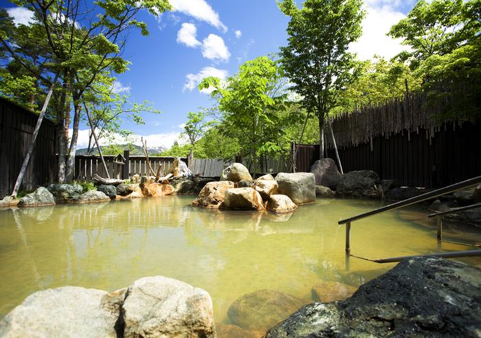大浴場はもちろん、このような、大きな露天風呂につかることもできます。  やわらかい泉質の源泉を3つ有しているので、比べながら3つの湯に入れるという、楽しみも♪ 日帰りプランもありますので、ぜひ、訪れてみてはいかがでしょう*