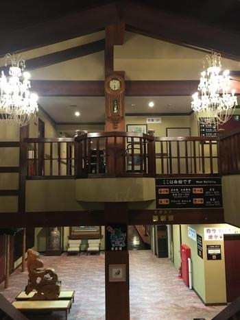 館内には大きなシャンデリアがあったりと、玄関の和の雰囲気とはまた異なる、レトロクラシックな雰囲気が漂います。