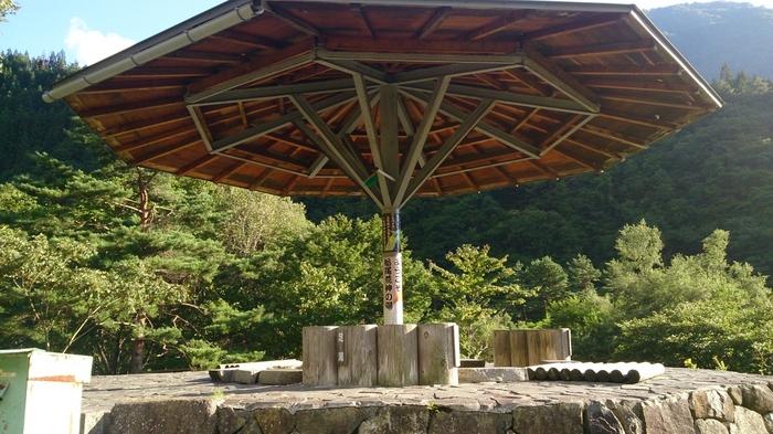 """日帰りで行こう!と思いったった方は、せっかくなので、栃尾温泉の足湯「蛍の湯」に立ち寄ってみても。雨天でも安心の""""あずまや""""付きで、きっと大満足。"""