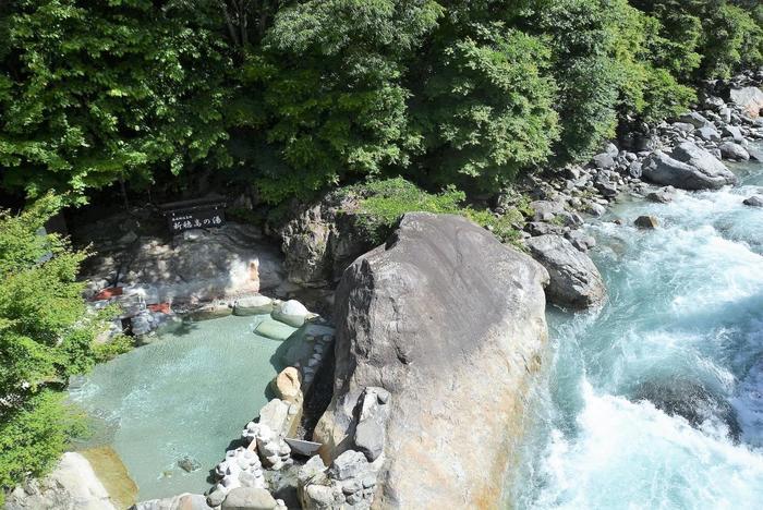奥飛騨温泉郷を代表する露天風呂といえば、まずこちら。蒲田川沿いにある、巨岩に囲まれた「新穂高の湯」です。  野趣あふれる天然温泉の醍醐味を満喫して、心からリフレッシュできるはず。