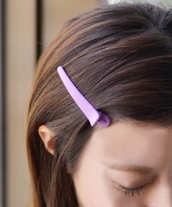 波ウェーブを作るときは、適当に毛束を取るのではなく、くしとヘアクリップを使って均等にブロッキングしましょう。 ロングヘアや毛量の多い方は特に、髪を上下に分けて少しずつ取り掛かるのがポイントです。