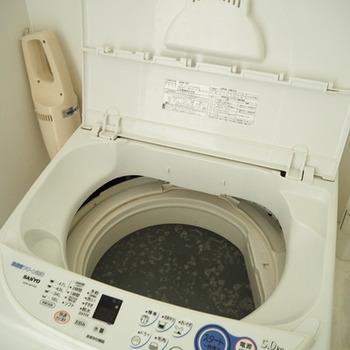 """汚れが浮き出てきたらゴミとりネットなどで掬い、キレイに取り除いたら洗濯機を""""標準コース""""で回して、脱水まで行えば完了です。終わったら、洗濯機のフタを開けて乾燥させましょう。"""