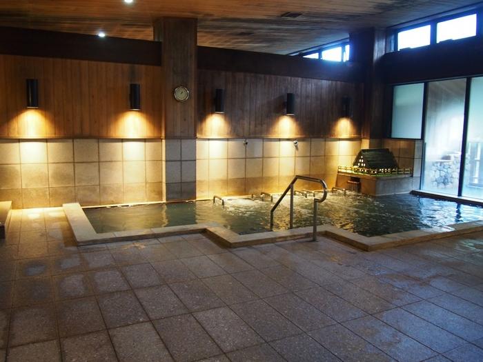 こちらの大浴場、そして、露天風呂を楽しめます。露天風呂からは、合掌造りの風景、白山連邦を望むことも。秋ならば紅葉、冬は白銀の山々など、白川郷の四季の表情を楽しむひとつの観光の方法として、利用したいですね。