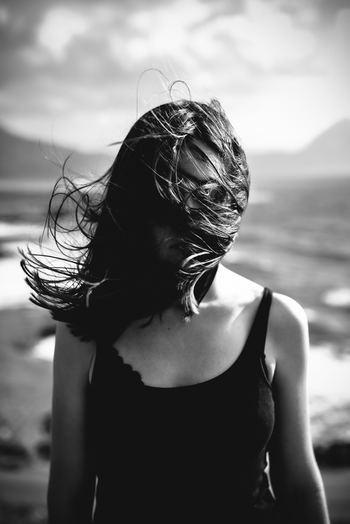 「自分には無理」「どうせ私なんて」が口癖ではありませんか? はなから諦めてしまうタイプは、褒められても真に受けられなかったり、自信がなかったり、消極的な面が目立ちます。主体性がない状態が続いているため、不幸な自分に酔ってしまうことも。