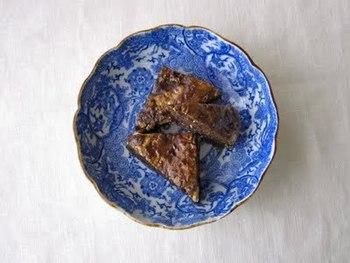 げたんはは、鹿児島に古くから伝わる郷土のおやつで、「下駄の歯」の意味。小麦粉や卵などを使った生地を焼いて、黒砂糖をしみ込ませたもの。おうちでも簡単に作れます。