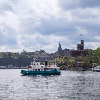 初めてのスウェーデン旅行なら、絶対に訪れて欲しい場所が、首都Stockholm(ストックホルム)です。「Stock=丸太 / holm=橋で繋がれた島」の意味を持つ通り、水の都として知られています。小さな島々からできているので、フェリーに乗って観光することもでき、とにかく美しいの一言に尽きます。北欧最大のターミナル駅としても有名なストックホルム中央駅を中心に街が広がっています。