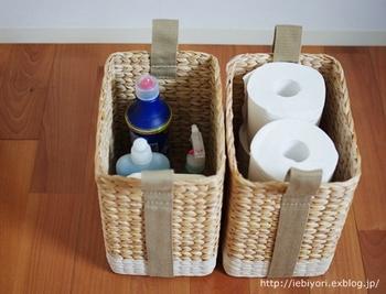 トイレットペーパーやトイレの掃除用品などの収納にも、かご・バスケットはおすすめです。トイレ用のカラフルな洗剤ボトルなども、高さのあるバスケットなら全部隠すことができるので、シンプルな容器に移し替えるなどの面倒な手間がいりません!