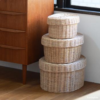 カンボジアのかご職人の手によって編み上げられた、moily(モイリー)の蓋つきの収納カゴは、優れた品質とその美しい仕上がりに、思わずうっとり…。大きさは全部で3種類、おうちにある、ありとあらゆるものの収納に大活躍のアイテムです。