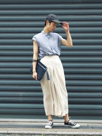 襟つきのシャツのフレンチスリーブはすっきりとしたクールさと女性らしい美しいラインの両方をたのしめる素敵なアイテムです。すとんとしたパンツを合わせて、モードな雰囲気に。