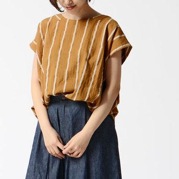 襟ぐりに共布を横方向にアレンジしたデザイン性の高いプルオーバーは、リネン混でさらりとした着心地が魅力的です。抜き襟気味に着ることで、リラックスした表情を感じることができる素敵な一枚です。