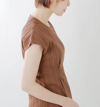 肩の切り替えがないので、腕が長く見えるうえ、女性らしいやわらかな雰囲気を醸し出せます。