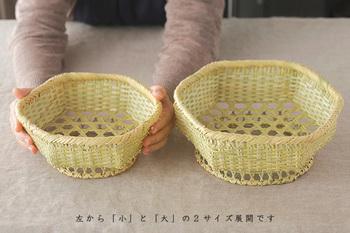 岩手県二戸郡一戸町(にのへぐん いちのへまち)の鳥越地区でつくられている「六角盛りかご」。 素材には、しなやかで柔らかい鈴竹が使われ、六角に編み込まれたその形と、固定された足が付いているところが特徴です。 元々は日本の食卓の定番でもある豆腐を運ぶために、取っ手が付いていたんだそうです。 抗菌性が高いのが竹の特徴ですが、濡れた後には、しっかり風通しの良いところで乾かすことが、お手入れのポイント ! サイズは「大」と「小」の2種類。