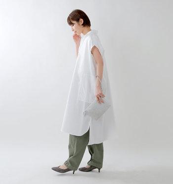 前後で長さの違うシャツワンピースは、横から見たときのディテール感が最高です。すっと伸びる腕のラインも美しいですね。