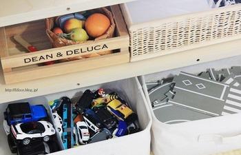 バスケットやボックスを使って、おもちゃを種類ごとに収納。これならお子さんが取り出しやすいですし、お片付けもしやすそう。