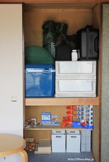 押入れの下段を、お子さんのおもちゃの秘密基地に。ここでもレンガ×板のDIY棚が活躍中です。