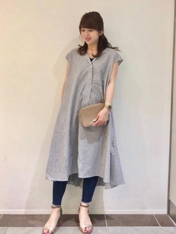 ちらりとインナーのカラーが見える襟元が素敵です。裾に向かってふわりと広がるAラインワンピは、女性の憧れのスタイルですよね。