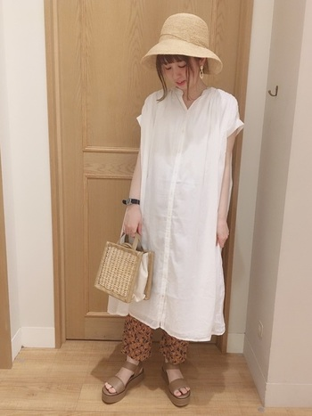 ガーリーな白シャツワンピはふんわりとしたボリューム感があって、ちらりと見える柄物パンツが引き締まって見えます。