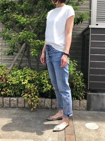 とてもシンプルでベーシックな白カットソー&デニムのコーデ。無地の白いカットソーを着るときには、特に上質なものを選ぶようにすると、体のラインがきれいに表せます。