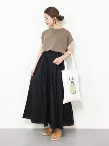 たっぷりとボリュームのあるスカートもフレンチスリーブトップスなら、全体をすっきりと見せてくれます。肩へ続くラインがとてもきれいなので、髪はアップにしてうなじを見せたくなります。