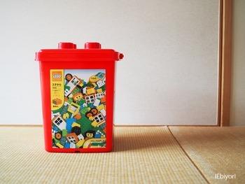子どもたちに大人気のレゴブロック。専用のバケツはかわいいけれど、なんだか収納しにくい…という悩みが。