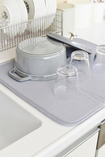 高吸水マットはほどよい厚みがあるので、クッション性もあり、安心して食器を置いておくことができます。
