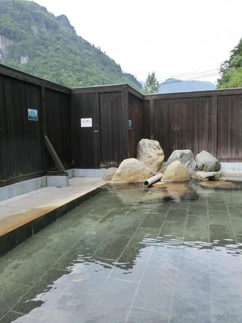 内湯はなく、広々とした露天風呂を完備。ちゃんとシャンプー・ボディソープ付きの洗い場もありますよ。  温泉に浸かりながら、名峰・錫杖岳を望める絶好のロケーション。登山をせずとも、山の魅力を存分に体感できるはず。