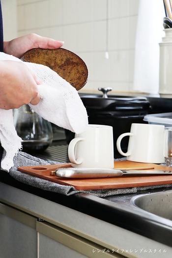 ティータオルの上に一度、のせて短時間だけでも水を切ってから拭きあげれば、ふきんもびしょびしょになりません。