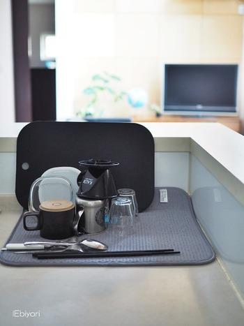 高吸水マットは扱いやすい大きさなのも魅力のひとつ。鍋やまな板などの調理器具も置いておけると嬉しいですよね。