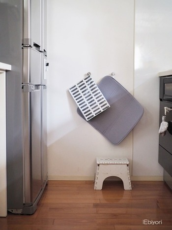 マットやスポンジワイプは、吊るしておく定位置を作ってあげると、調理台に出しっぱなしという状況を回避することができるようになります。片づける場所を作ってあげることが大切なんですね。