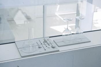 水切りカゴには入れづらかった繊細なうす張りのグラスや脚付きのワイングラスなども安定して水切りすることができます。