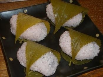 桜餅は、関東と関西で大きく異なりますね。関東のものが薄皮で巻くのに対して、関西の桜餅は道明寺粉を使ったつぶつぶした仕上がりで、西日本や東北など広い範囲で見られます。ちなみに道明寺粉は、大阪藤井寺にある道明寺の尼が、初めて作って保存食にしたのが始まりとか。