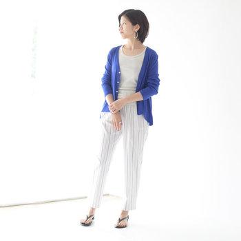 白系のインナーに白のストライプ柄パンツを合わせた、とってもシンプルなコーディネート。そこにブルーのカーディガンをプラスするだけで、ベーシックなのにこなれ感たっぷりな着こなしに格上げできます。