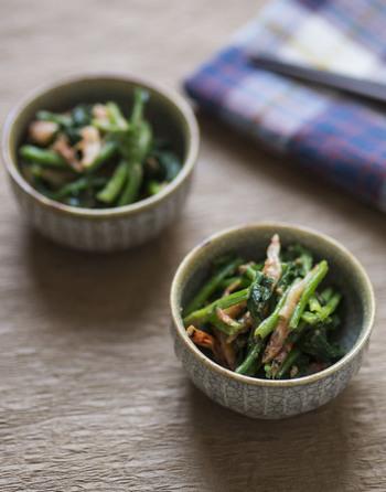 香りと彩りが豊かな桜えびを入れた、ほうれん草の和え物。 桜えびの出汁も入れることで、旨みをアップさせています。 練りごまと味噌の味付けは、シンプルな雑炊と相性◎。