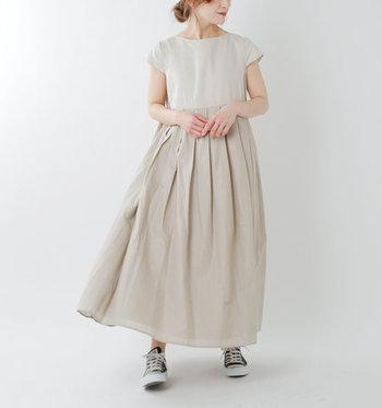 ウエスト部分に大きく入ったタックのおかげで、ふわりと優しいシルエットに。身頃はリネン、スカートはコットンという異素材を組み合わせることで、シンプルだけど存在感のある1着になっています。
