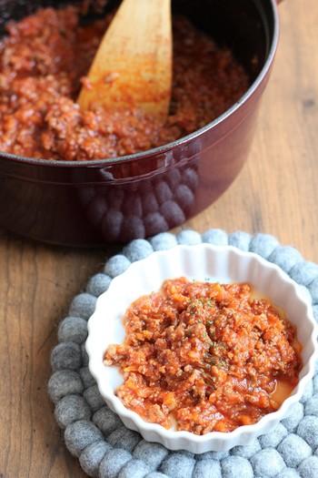 トマトケチャップのほかに、ウスターソースも加えれば味の深みがアップ。たっぷりの野菜は、酸っぱさがなくなるまでじっくり炒め、水分を飛ばすのがポイントです。