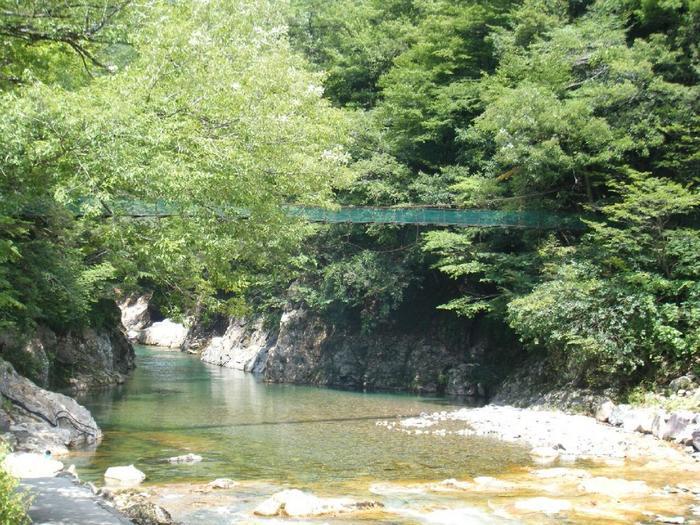板取川流域といえばモネの池で有名ですが、板取川のほとりに、大自然に囲まれた温泉地があることをご存知でしょうか。  それが、「板取川温泉」。同じエリアには板取川温泉オートキャンプ場があるので、キャンプ目的で訪れる方は、キレイな川で水遊びをして、BBQでお腹をみたして、1日の締めくくりは温泉で疲れを癒し、眠る・・・ということも。心の底からリフレッシュできる、穴場の温泉として知られている場所です。  ちなみに、「板取川温泉オートキャンプ場」にはコテージやバンガローもあるので、テントが無い方でも、宿泊できますよ。