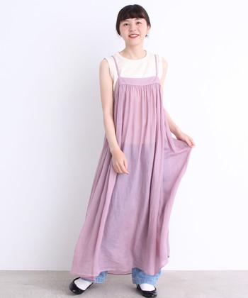 マキシ丈のワンピースの場合、透け感のある素材を選ぶと重さが軽減され、初夏らしい爽やかな印象に。キャミタイプならインナーでイメージが変えられるので、着こなしの幅も広がります。