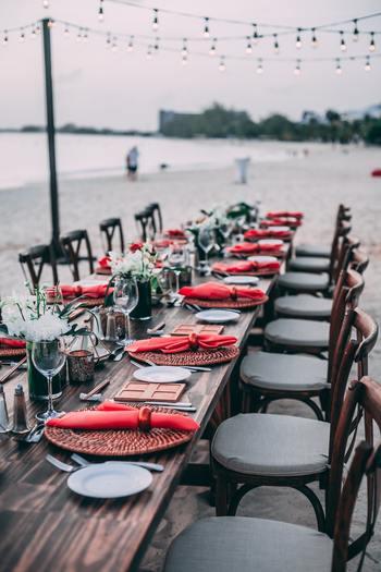 マリンリゾートウェディングは、海のそばにある一軒家で行うホームパーティーのようにカジュアルな結婚式をしたいという方におすすめ。美しい海を眺めながら、ゆったりと和やかに過ごすことができます。