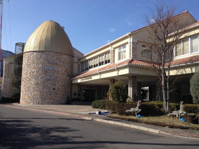 「ゆせんの里」は、地下約1,700mから湧き出る塩化物泉、そして天然温泉だけでなく、日本では珍しい遠赤外線ドームサウナを楽しめる日帰り湯施設。