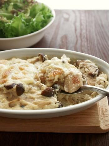 鶏むね肉やきのこなど低カロリーの具材に、ホワイトソースでなく豆腐のソースをかけて作るとってもヘルシーなグラタンです。これならダイエット中でもしっかり食べられますね。