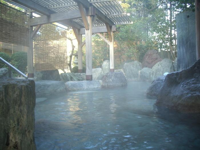 宿泊されていない方でも、大人1000円で日帰り入浴可能。  檜と岩づくりの、広々とした大露天風呂があり、その広さに圧倒される方が多いそう。たとえたくさんの人が入浴していても、自分だけの居心地の良いスペースを見出せます。ガラスばりで開放的な本陣大浴殿も高評価で、飛騨高山の温泉宿ランキングで、常に上位にいるのもうなずけます。