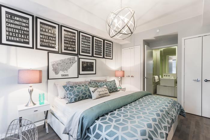 10畳のお部屋は、リビングダイニングほどの広さ。ダイニングセットとソファセットを並べて置けるほど、広々としています。 寝室となれば十分ゆったりとしたレイアウトが可能に。  キングサイズベッドを配置しても、お部屋の半分以上のスペースが残ります。 お部屋中央に大きなベッドを配置し、ホテルライクな寝室にしても素敵ですね。
