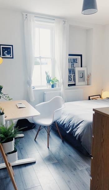6畳のお部屋は、コンパクトな家具であれば、シングルベッドにチェストやデスク、テレビなども置けるので、ワンルームとしても人気のサイズ。  とはいえ、選ぶ家具やレイアウトによっては狭く感じてしまうことも。  狭さを感じさせない家具選びと、レイアウトがポイントになってきます。