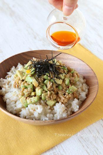 おなじみのアボカド納豆丼ですが、こちらのレシピのポイントは、ポン酢とラー油で仕上げること。酸味と辛みでさっぱりとした美味しさです。