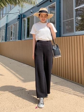 さらりとした綺麗めな黒のパンツにコンバースを合わせ、つばの広めな帽子をON。白Tシャツが鮮やかに映えます。