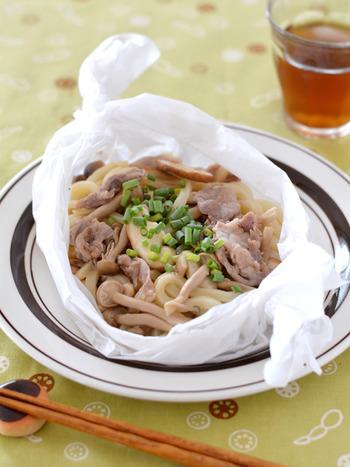 1食分で作りやすい麺はお昼ご飯の強い味方。こちらは冷凍うどんを使ったレシピです。クッキングシートに材料を入れたらキャンディ包みにして電子レンジで仕上げます。クッキングシートのままお皿に乗せれば、汚れずに後片付けも簡単です♪